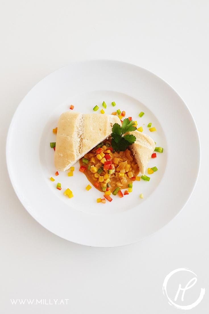 Dieses indische Mais Curry in Kokosmilch ist süß und herzhaft und wird jedem Vegetarier sein Herz höher schlagen lassen! #indisch #curry