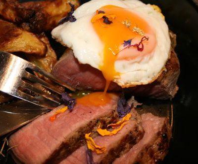 Ei, Steak, Ofenpommes, Blüten