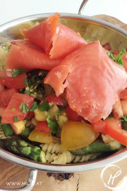 Dieser äußerst leichte aber absolut geschmackvoller Nudel Salat mit Räucherlachs wird dich umhauen! 'Rezept #leicht #lachs #salat #pasta