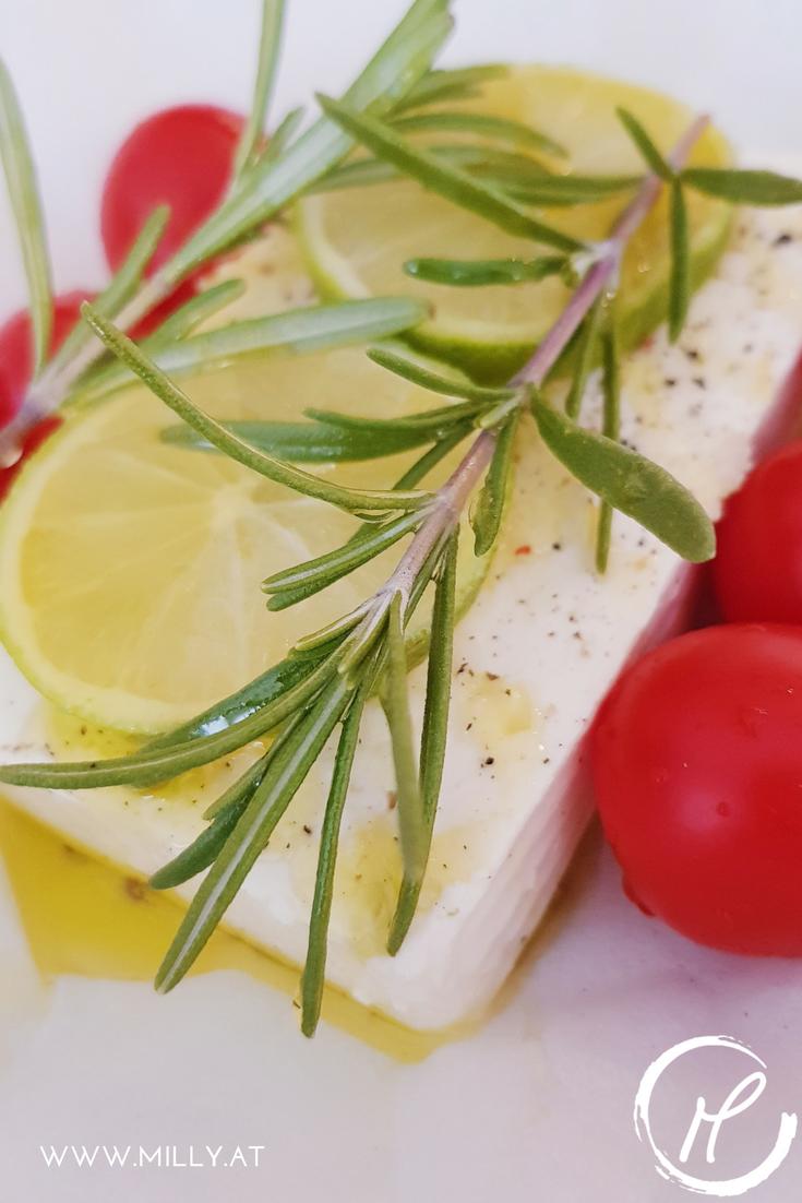 Der Geschmack von knusprigem Baguette in Olivenöl getränkt und dazu salzigen, warmen und cremigen Feta #Rezept #schnell #einfach #vorspeise #snack #vegetarisch