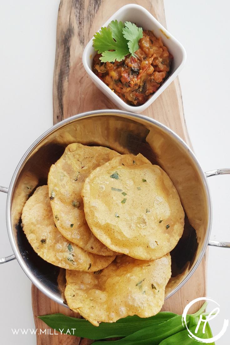 Pooris sind indische Brotfladen, die ohne Hefe und lange Gehzeit vorbereitet werden um anschliessen frittiert zu werden! Wer die Technik drauf hat bringt die Pooris auch zum Aufpuffen ( als Frau gilt man dann als heiratsfähig!:) Am köstlichsten schmecken sie mit diesem würzigen Tomatenchutney! #poori #rezept #indisch #chutney #fingerfood #vegan #vegetarisch