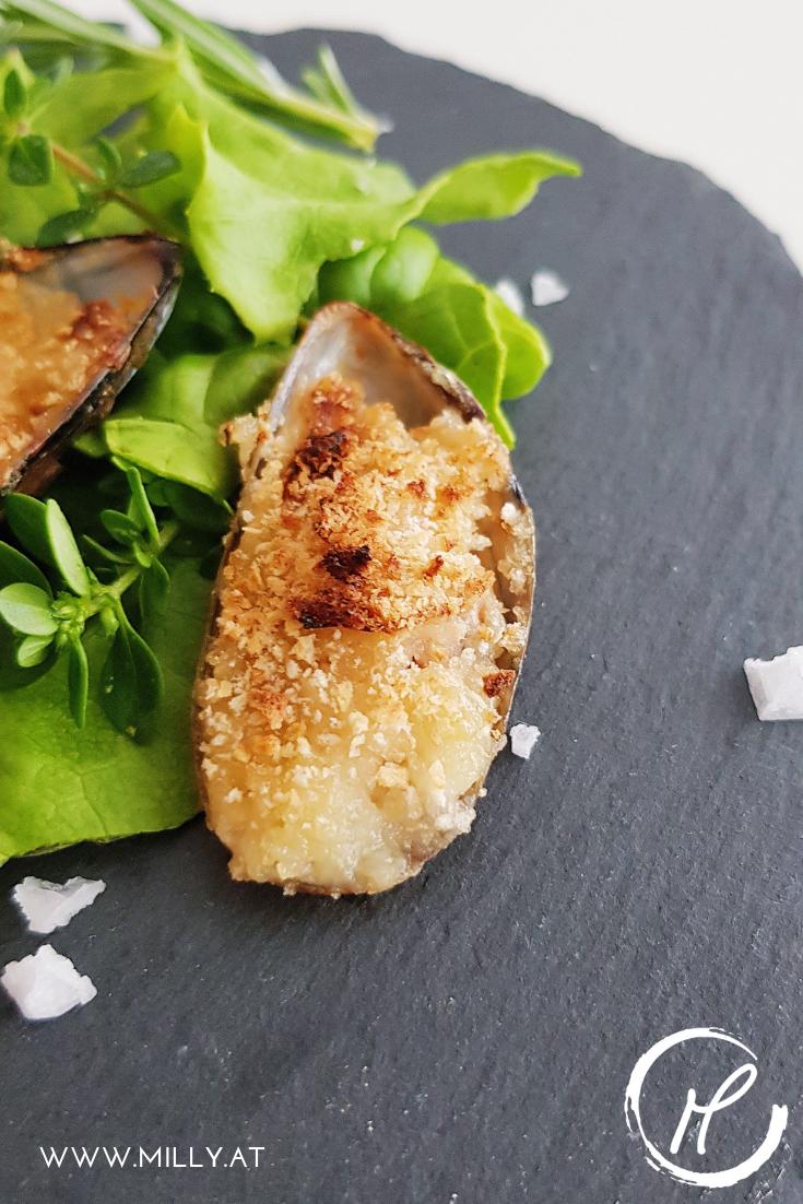 Gratinierte Miesmuscheln sind perfect als Amuse-Bouche mit einem guten Glas Wein oder als Vorspeise! #vorspeise #miesmuscheln #gratiniert #knoblauch
