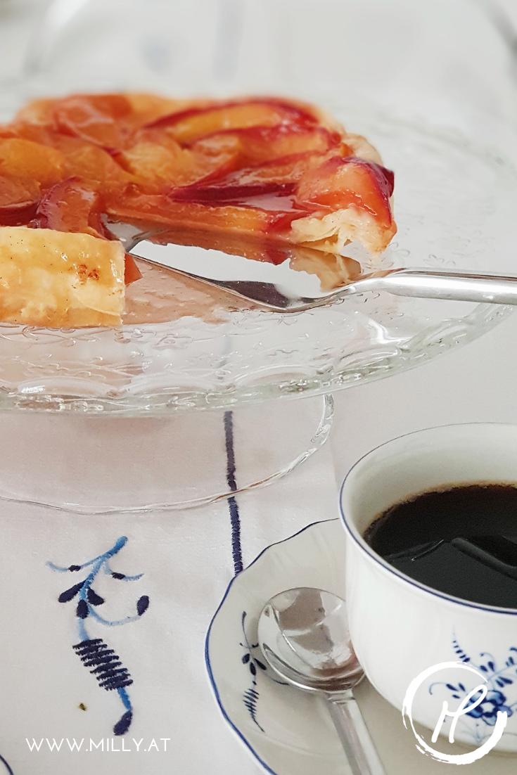 Die Entstehungsgeschichte der Tarte Tatin ist nicht ganz klar - aber dieser französische Kuchen wird traditionel mit der Fruchtseite nach unten zubereitet.